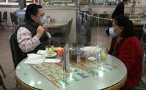 Nhà hàng Hong Kong đặt tấm chắn phòng dịch corona cho khách