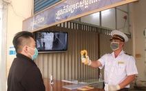 Cửa khẩu Tây Nam phát khẩu trang cho người nhập cảnh từ Campuchia