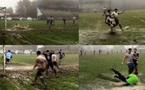 Video: 'Trận đấu bùn': vũng nước nhiều lần cản bóng trước vạch vôi