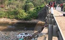 Xe bán tải lao xuống suối sau khi tông chết nữ giáo viên