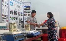 Thầy giáo trẻ bỏ tiền túi mua máy về làm nước sát khuẩn nano, phát miễn phí
