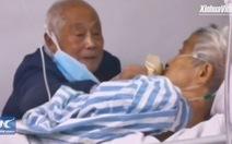 Video: Cụ ông Trung Quốc bất chấp chăm vợ bị nhiễm virus corona