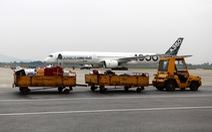 Phạt tài xế xe đầu kéo chạy cắt ngang máy bay đang vào vị trí đỗ