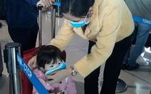 Người người đeo khẩu trang kín mít ở sân bay vì sợ nhiễm virus corona