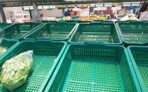 Nhiều khay hàng thiết yếu tại các siêu thị ở TP.HCM bị vét sạch