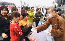 Dành sinh nhật đứng phát khẩu trang cho người dân tới chùa Tam Chúc