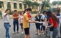 Du khách nước ngoài bất ngờ vì được phát miễn phí khẩu trang ở TP.HCM