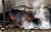 Xưởng gỗ cháy ngùn ngụt giữa trưa, nhiều tài sản bị thiêu rụi