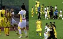 Bị phạt thẻ đỏ, cầu thủ 'lén lút' ở lại sân thi đấu và cái kết đắng