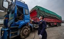 Đội lái xe 'vượt dịch' tại cửa khẩu