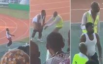 Video: Đánh bại đội bóng cũ, HLV quá khích 'tụt quần' ăn mừng rất phản cảm