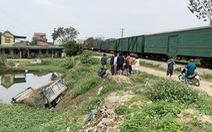 Tàu hỏa húc văng xe tải xuống ao, tài xế tử vong