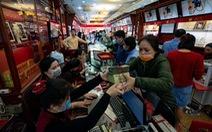 Tiệm vàng ở Hà Nội quá tải vì người dân đổ xô đi bán vàng