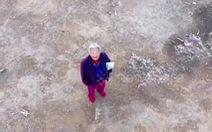 'Bà ơi đây là drone của làng chúng ta, bà đeo khẩu trang vào đi'