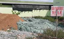 Chất thải màu xanh đậm chôn lấp khắp khu dân cư là chất gì?