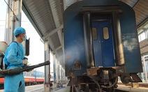 Cảnh khử trùng nguyên một đoàn tàu lửa trước khi chở khách ở ga Sài Gòn