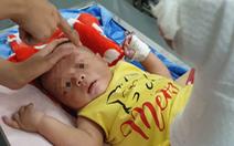 Bé trai 4 tháng tuổi gãy xương, xuất huyết não, bầm nhiều chỗ, người nhà nói 'té võng'