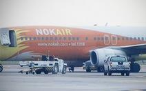 Máy bay đè nghiến xe kéo, lái xe không kịp thoát thân