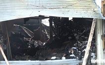 Căn nhà chứa vải vụn cháy ngùn ngụt, cảnh sát phải phá tường dập lửa