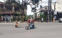Bị ra hiệu dừng xe, hai thanh niên tông gãy chân CSGT