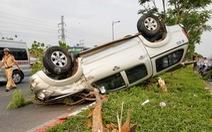 Ôtô chạy tốc độ cao lật ngửa trên dải phân cách, 5 người phải cấp cứu