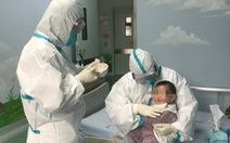 Gia đình nhiễm virus corona, các y tá thay nhau làm 'mẹ' em bé