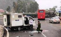Xe chở phạm nhân nổ lốp, một chiến sĩ công an tử vong