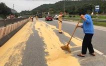 Cảnh sát giao thông và người dân giúp tài xế gom 4 tấn đỗ tương rớt xuống đường