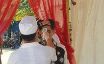 Đám cưới mùa dịch: đo thân nhiệt từng khách, chính quyền giám sát