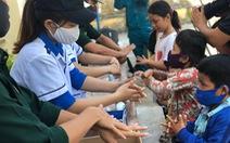 Thanh niên giúp dân xã đảo phòng chống COVID-19