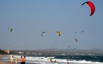 Biển Mũi Né vẫn rợp bóng diều lướt ván giữa mùa dịch COVID-19