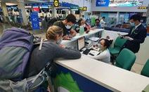 Không đeo khẩu trang, nhiều hành khách bị từ chối làm thủ tục bay