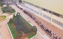 Hàng ngàn sinh viên xếp hàng đo thân nhiệt trong ngày đầu trở lại trường