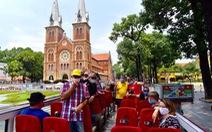 Sau 14 ngày cách ly, đoàn du khách Pháp đi xe buýt 2 tầng tham quan Sài Gòn