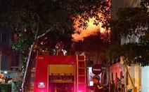 Cháy nhà ở Hà Nội, người dân chạy ùa ra coi dù được yêu cầu giải tán