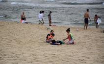 Quảng Nam: Bất chấp khuyến cáo, người dân vẫn đổ về bãi biển Tam Thanh