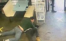 Video: Tên bắt cóc nguy hiểm bị nhà vô địch thiếu niên môn vật ở Mỹ hạ 'đo ván'
