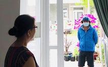 Mùa COVID-19: Nhớ mẹ qua thăm nhưng... nhất quyết không vào nhà
