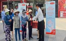 Dai-ichi Life VN tặng khẩu trang và dung dịch rửa tay sát khuẩn