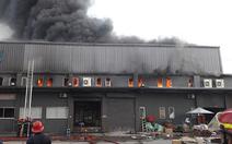 Kho hàng ở quận Tân Bình bốc cháy ngùn ngụt lúc rạng sáng