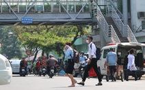 Mấy chục cầu bộ hành tiền tỉ, dân cứ băng ngang qua đường bất chấp nguy hiểm