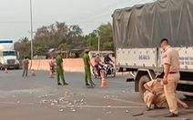 Xe tải tông đuôi xe máy cày, 2 người chết, 1 tài xế nguy kịch