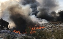 Bãi rác cháy mù trời, đe dọa nhiều vườn thanh long đang đậu trái