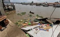 Nền 5 căn nhà ven sông Cần Thơ bị gãy, chìm xuống nước
