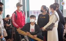 Duy Mạnh và Đình Trọng sang Singapore chữa chấn thương