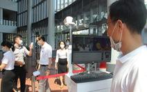 Kiểm tra thân nhiệt tất cả những người ra vào Trung tâm hành chính TP Đà Nẵng