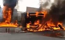 Xe ben lật bốc cháy dữ dội trên quốc lộ 1