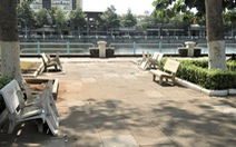Lật úp các ghế đá công viên để dân không tụ tập