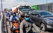 TP.HCM cho ôtô đi hai làn trên cầu vượt Cát Lái để giảm ùn tắc