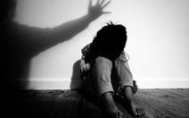 Bắt quả tang gã hàng xóm trốn gầm giường sau khi xâm hại bé gái 9 tuổi